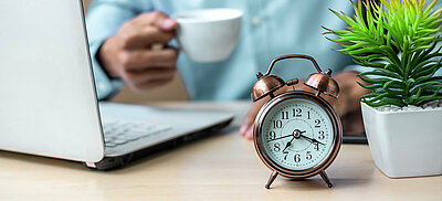 Symbolbild Arbeitsmodelle: PC und Uhr