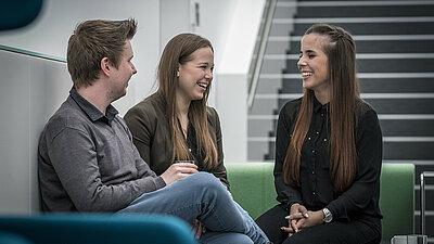 Kollegen lachen stressfrei gemeinsam