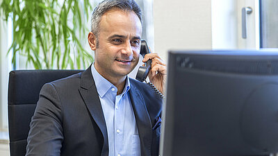 Mann beim Telefoninterview
