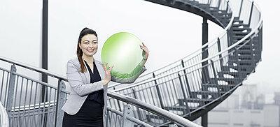 Symbolbild Über uns: Frau hält Logo