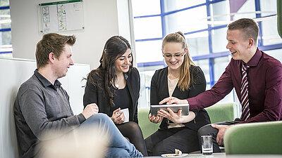 Arbeitsgruppe im Gespräch über Zeitfresser