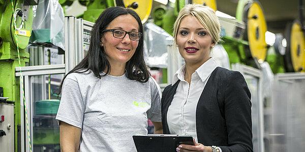 zwei Frauen bei der Einarbeitung im neuen Job