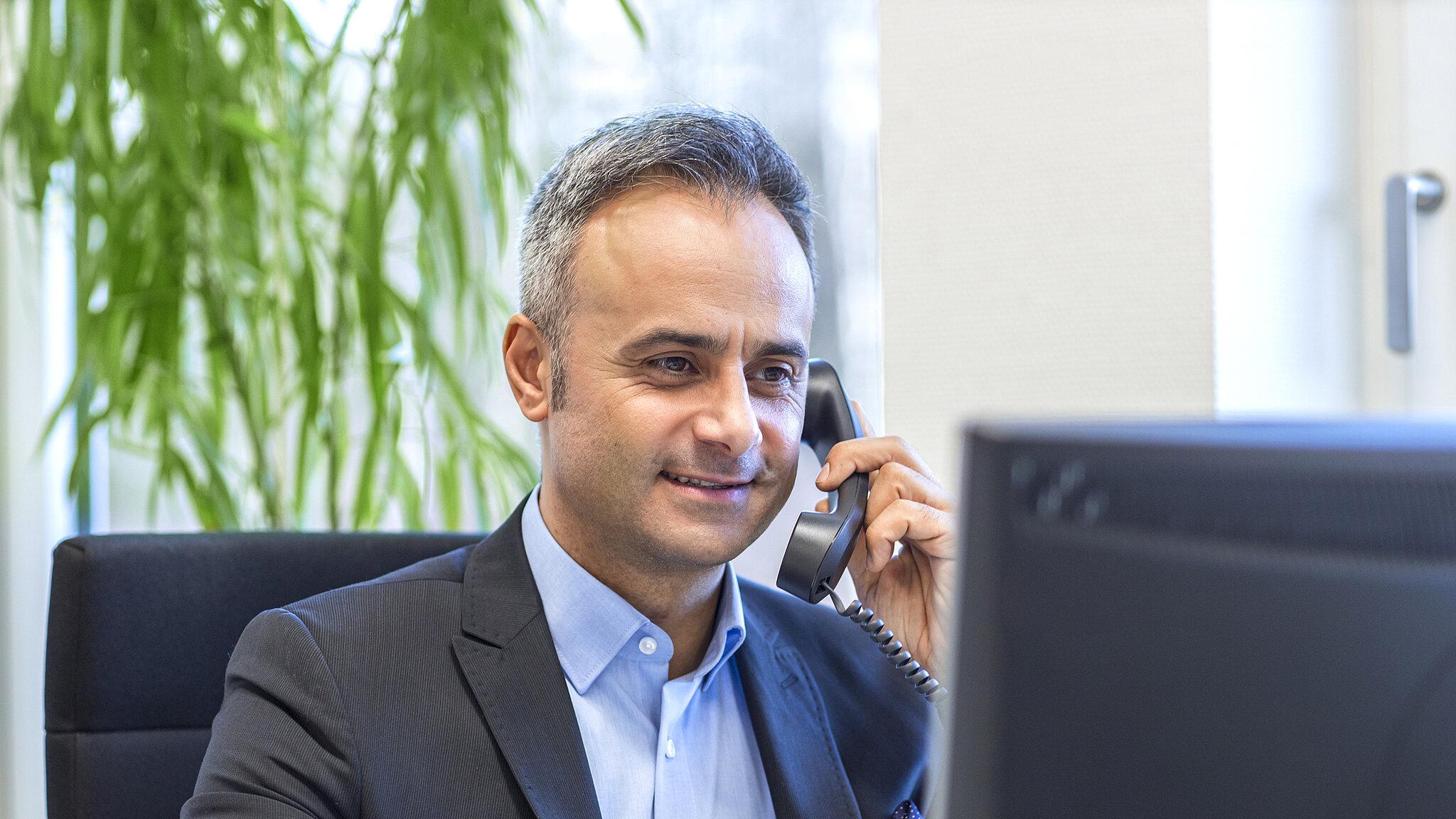 Mann beim Telefonat