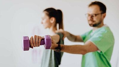 Mann und Frau bei Sportübungen